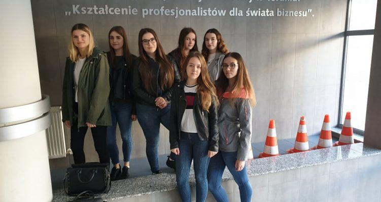 Uczennice Technikum na Targach Pracy w Toruniu